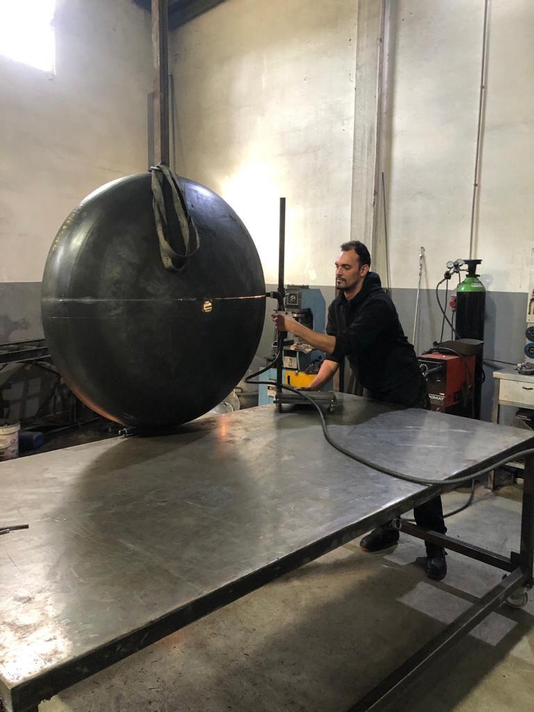 M2C aposta na produção de moldes para rotomoldagem. Funcionário M2C a cortar peça para molde para rotomoldagem