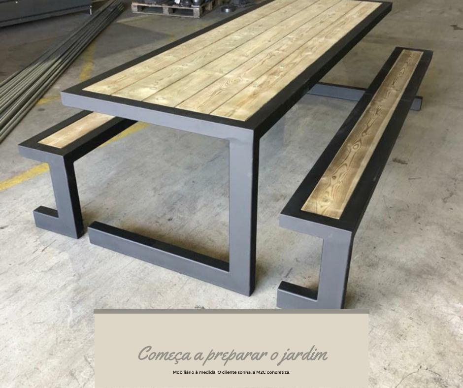 Conjunto de mesas e bancos corridos para jardim em ferro lacado e madeira.